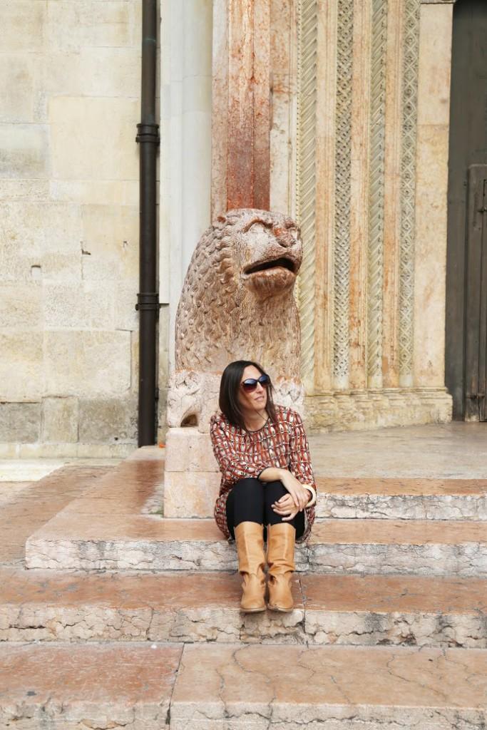 Sui gradini della Porta Regia del Duomo di Modena